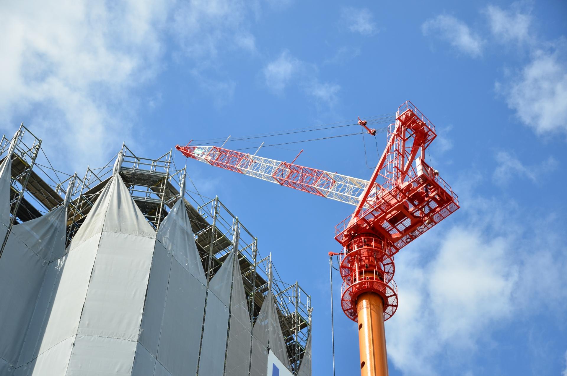 福井駅前にて巨大なクレーンでビルを建設中
